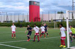 Des jeunes migrants pratiquent le foot en LRF